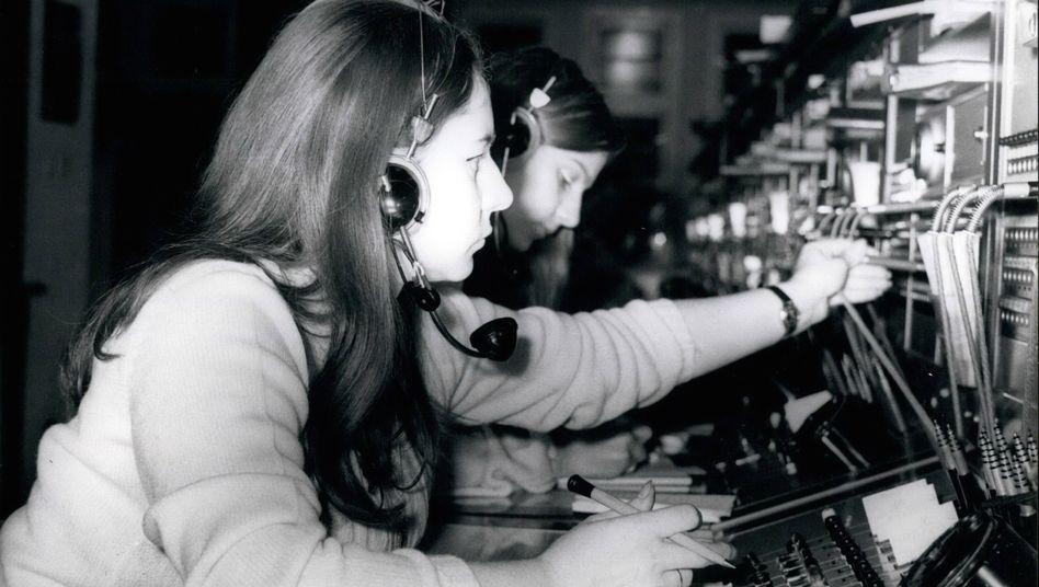 Eine West-Berliner Telefonistin stellt Gespräche in den Osten durch, Aufnahme von 1971