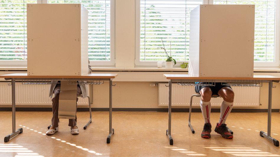 Wähler bei der einer Stimmabgabe in Dresden