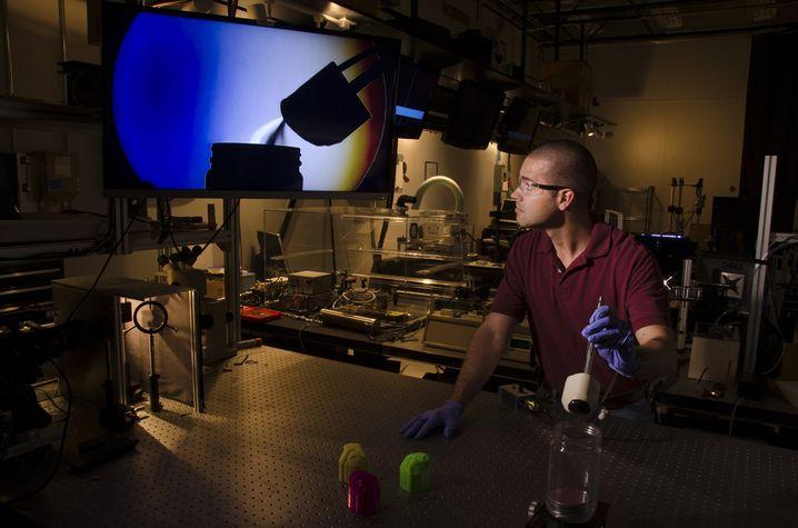 Matt Staymates visualisiert Luftströme, die in einen Sprengstoffdetektor fließen