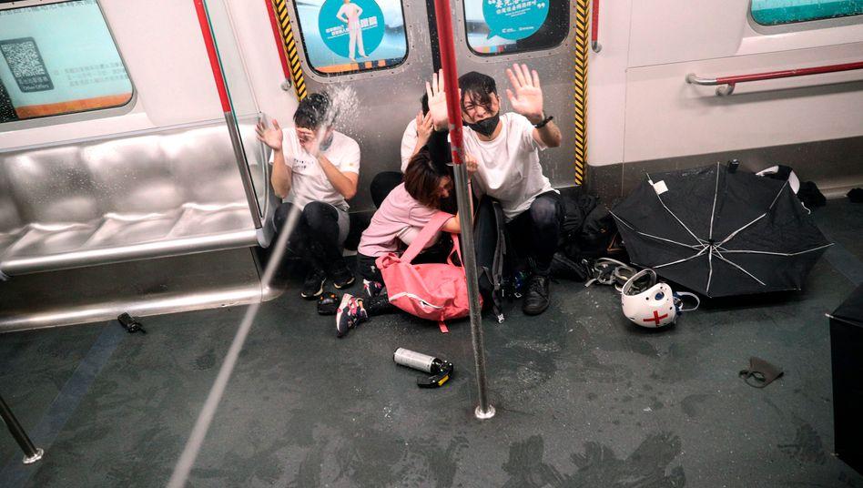 Demonstranten in Hongkong werden mit Pfefferspray besprüht