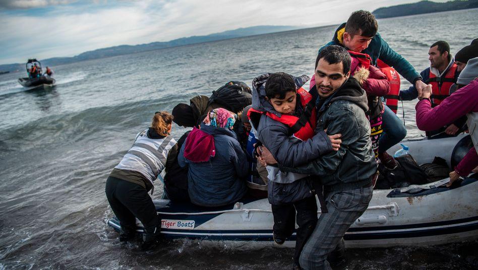Menschen auf einem Schlauchboot vor Lesbos