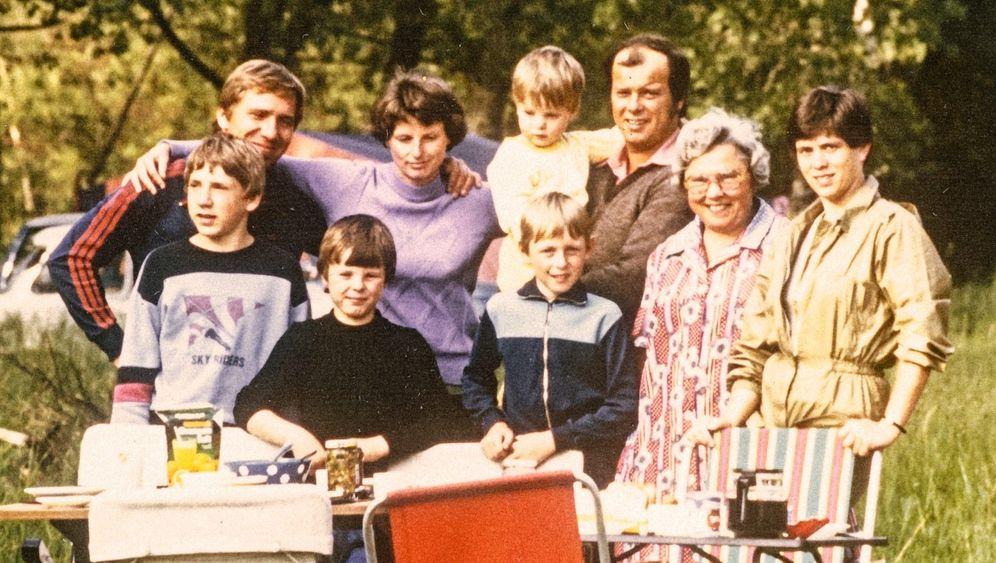 Freundestreffen in der ČSSR 1981 (hinten Wolfgang, Christine, Uwe, Peter; vorn Rico, Janko, Sven, Irmgard, Marion): Existenz aufgeben, mit 450 D-Mark Starthilfe neu anfangen