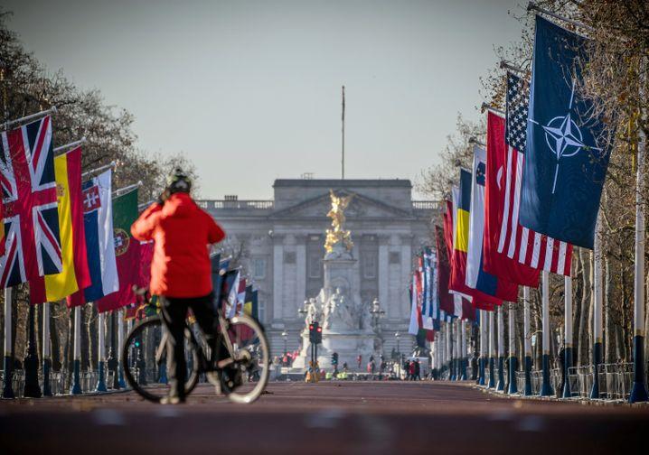 Flaggen der Nato-Staaten vor dem Buckingham Palace: Kränkungen und Deeskalation