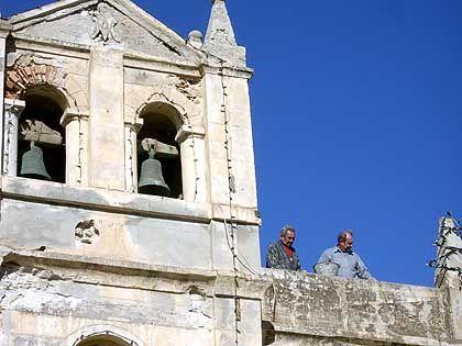 Süditalien aus dem Bilderbuch: Diese beiden Rentner lassen sich bei Ausbesserungsarbeiten an der Fassade der Wallfahrtskirche von Tropea nicht aus der Ruhe bringen