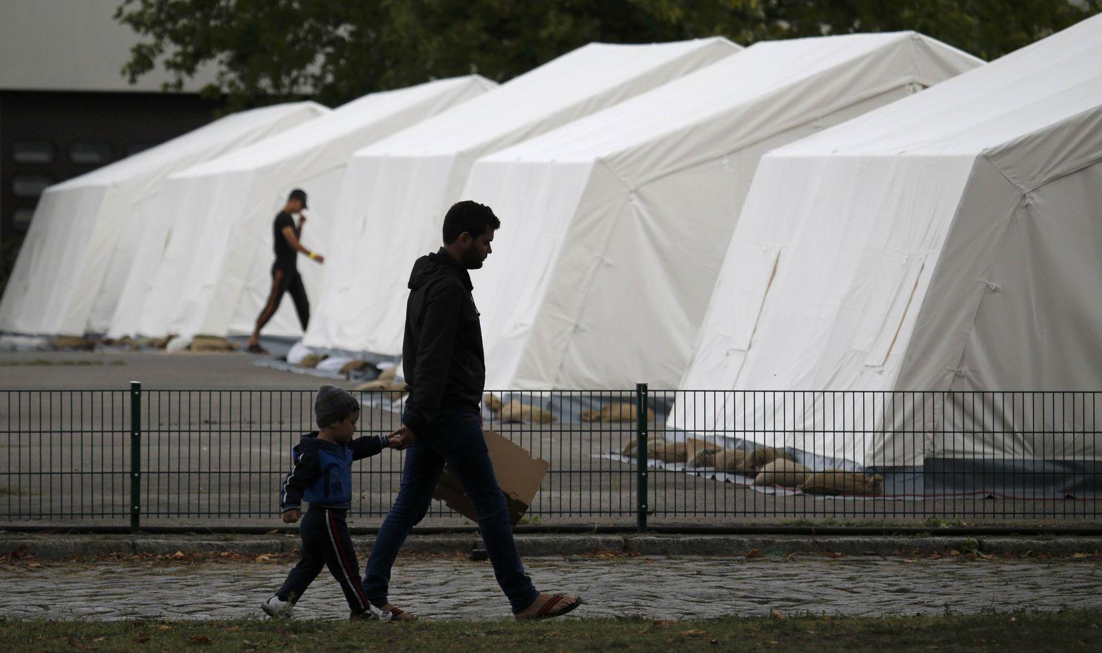 Deutschland/ Zelte/ Unterkunft/ Flüchtlinge