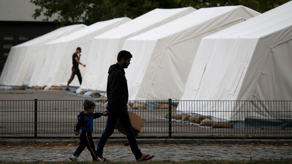 """Asylbewerber vor einer Unterkunft in Berlin: """"Die Spendenbereitschaft ist hoch"""""""