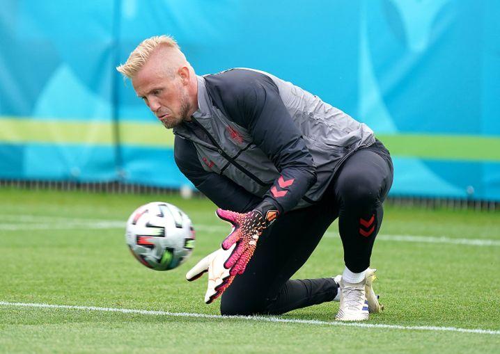 Kasper Schmeichel bildet im Training vor dem EM-Halbfinale mit seinen Händen einen Korb, in dem der Ball gesichert wird