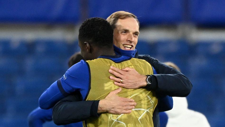 Thomas Tuchel (r.) umarmt nach dem Sieg gegen Real Madrid seinen Ersatzspieler Kurt Zouma