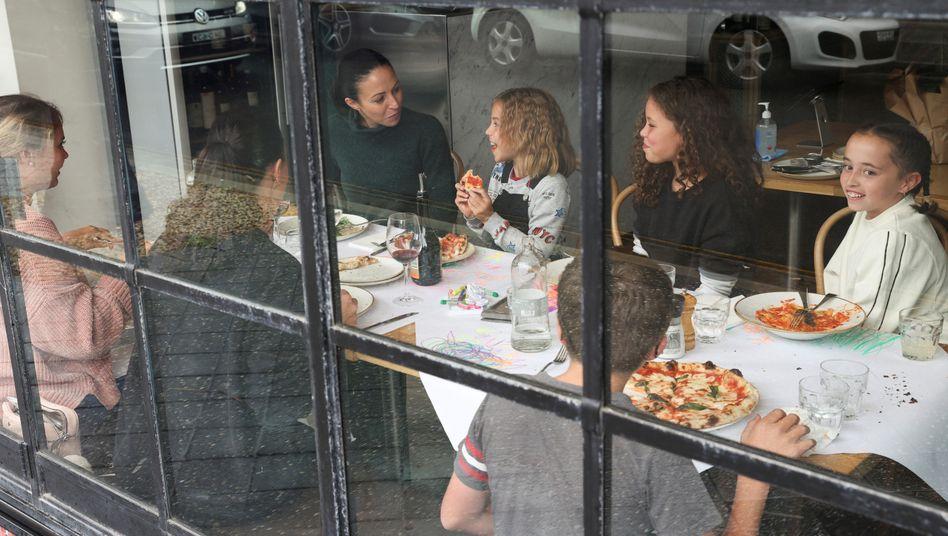 Restaurantbesucher in Australien essen das erste Mal nach der Ausgangssperre wieder auswärts: Laut Virologen ist es auf der Terrasse sehr viel sicherer.