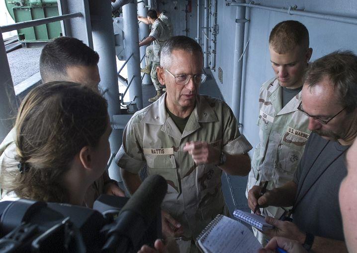 James Mattis (M.) beim Pressebriefing auf der USS Peleliu (2001)