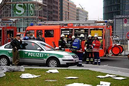 """Freiwillige Feuerwehr und Polizei bekämpfen die Auswirkungen einer Giftgasexplosion am Potsdamer Platz (aus """"Tag X""""): Der Ernstfall als Alptraum"""