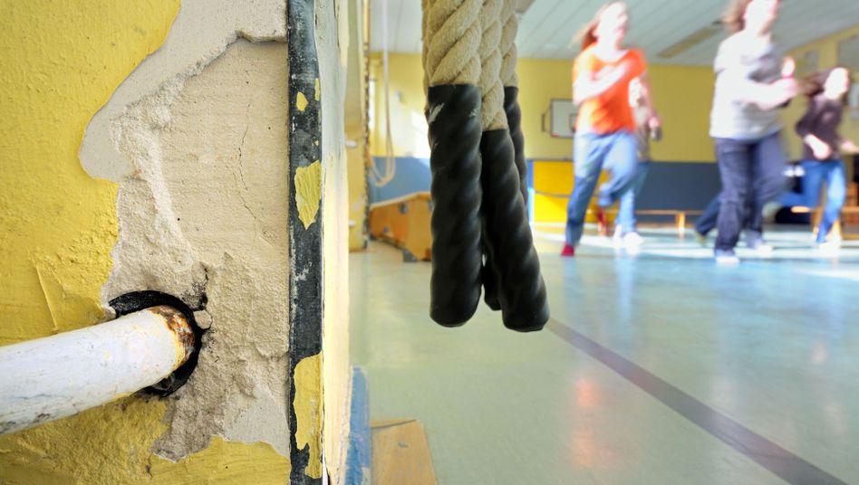 Kinder in der Turnhalle einer Schule in Darmstadt