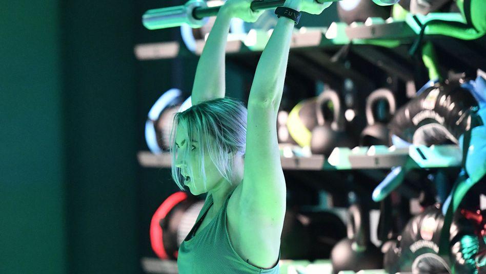 Frau beim Fitnesstraining: In den Mitochondrien wird Energie erzeugt.
