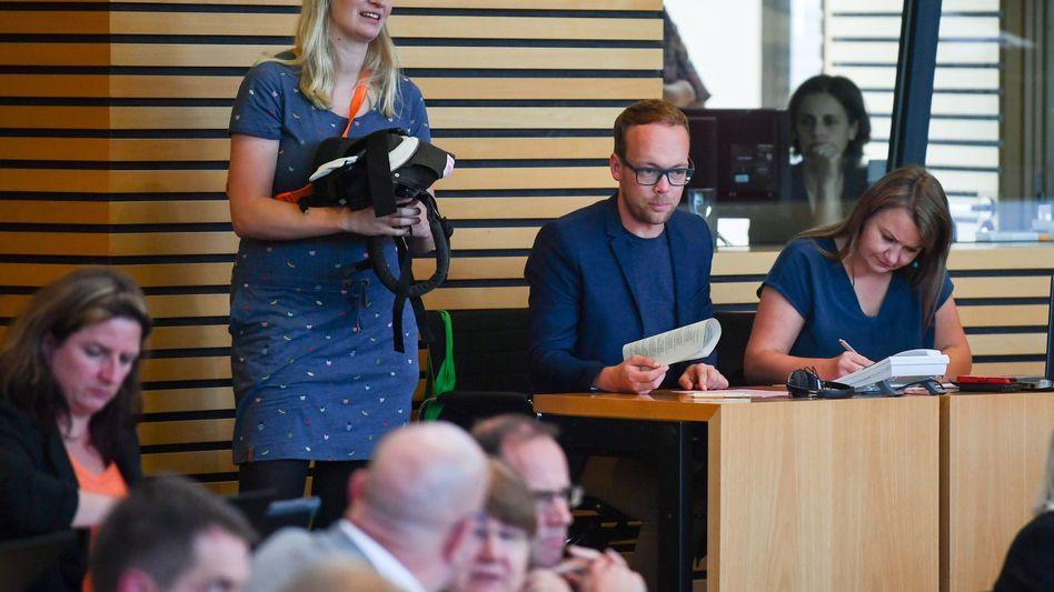 Madeleine Henfling mit einem leeren Baby-Tragegestell im Thüringer Landtag