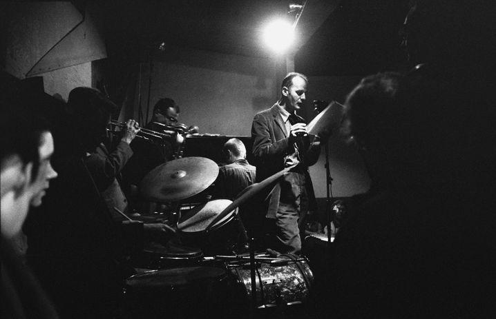 Ferlinghetti bei einem Leseauftritt 1957, begleitet von Jazzmusikern