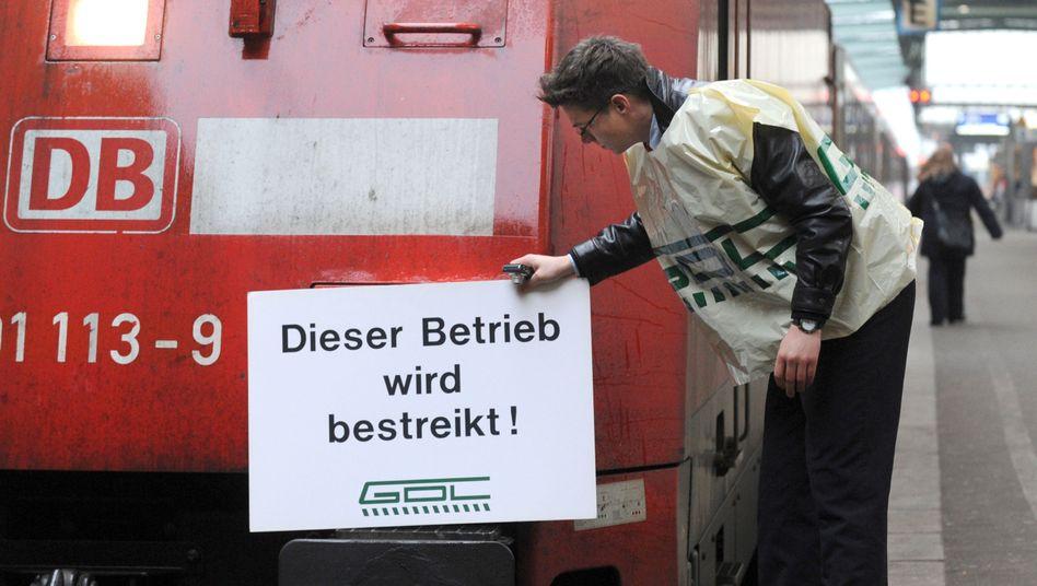 Ein Mitglied der Lokführergewerkschaft GDL in Stuttgart: Festgefahrener Tarifstreit