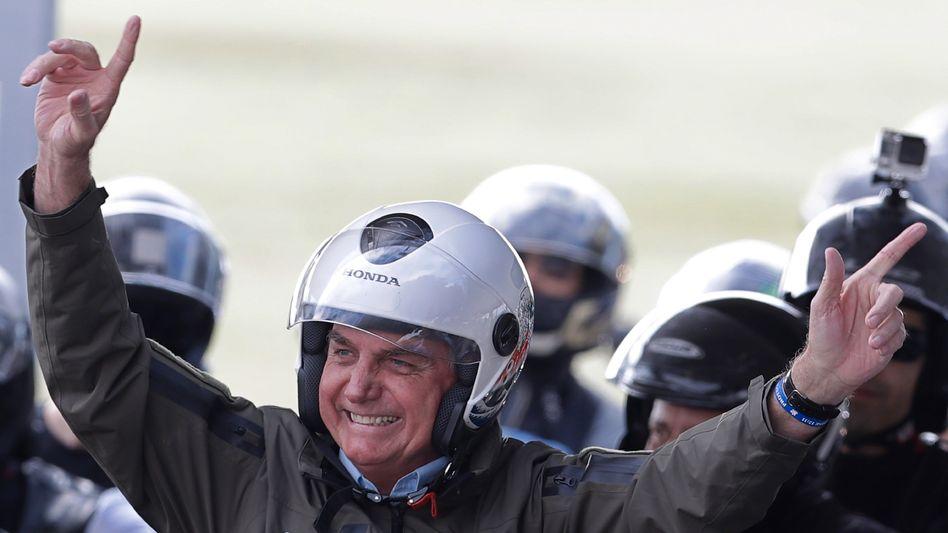 Jair Bolsonaro winkt seinen Anhängern vor einem Motorradausflug mit verschiedenen Motorradclubs