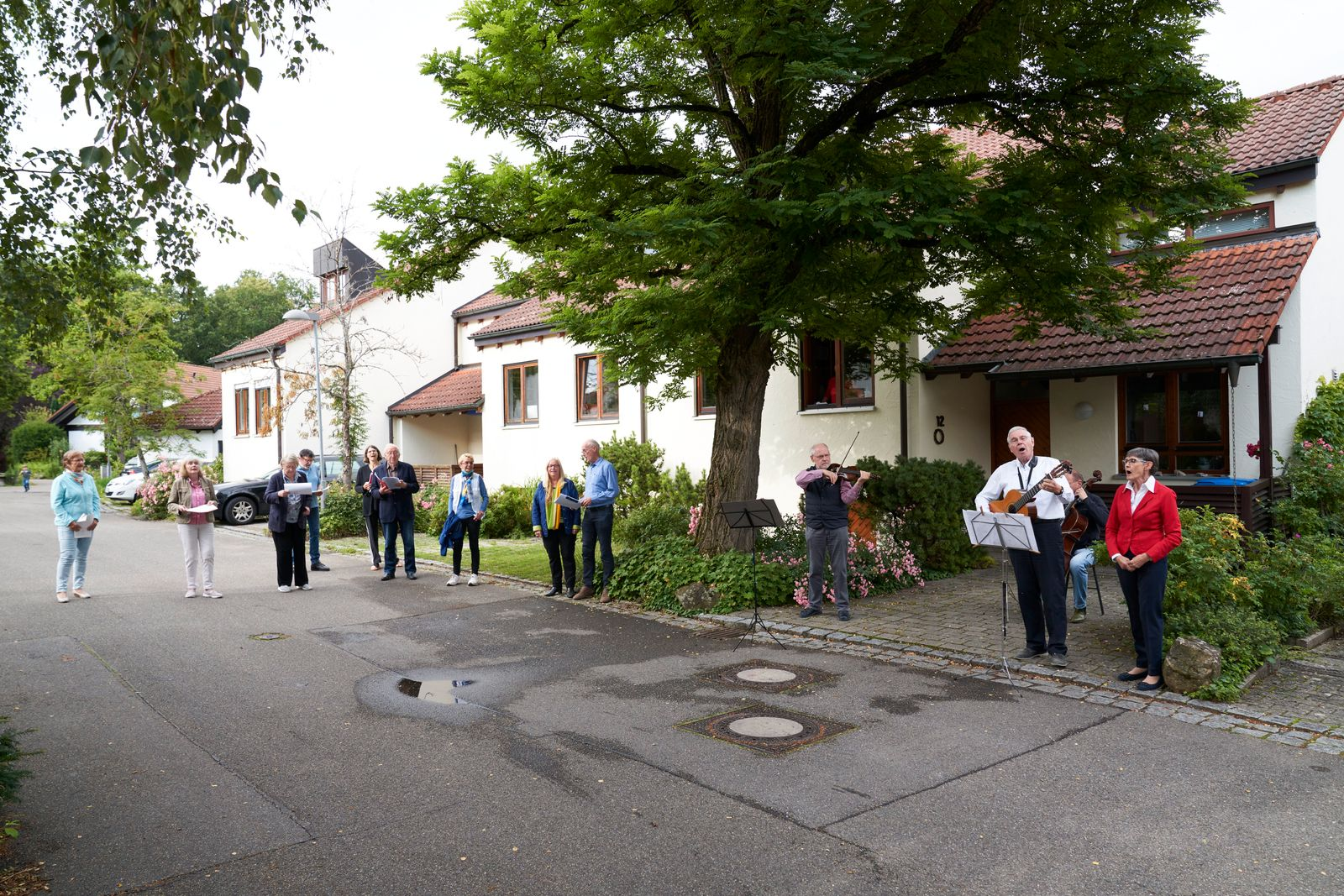 Im Jasminweg in Tuebingen,trafen sich die Nachbarn, waehrend der Coronazeit, zum taeglichen gemeinsamen Musizieren.