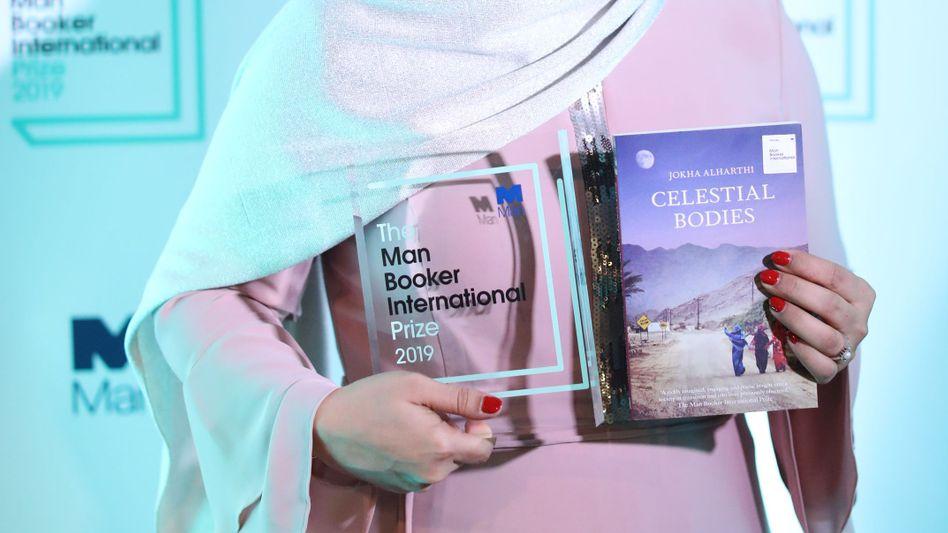 Omanische Autorin Jokha Alharthi nach der Preisverleihung des Man Booker International Prize