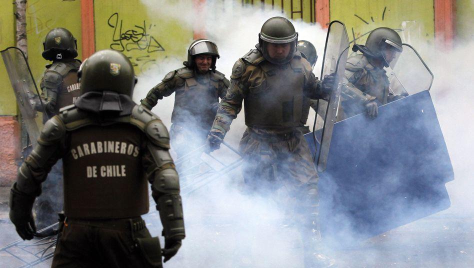 Polizisten reißen eine Barrikade nieder: Die Ausschreitungen in Chile werden immer heftiger