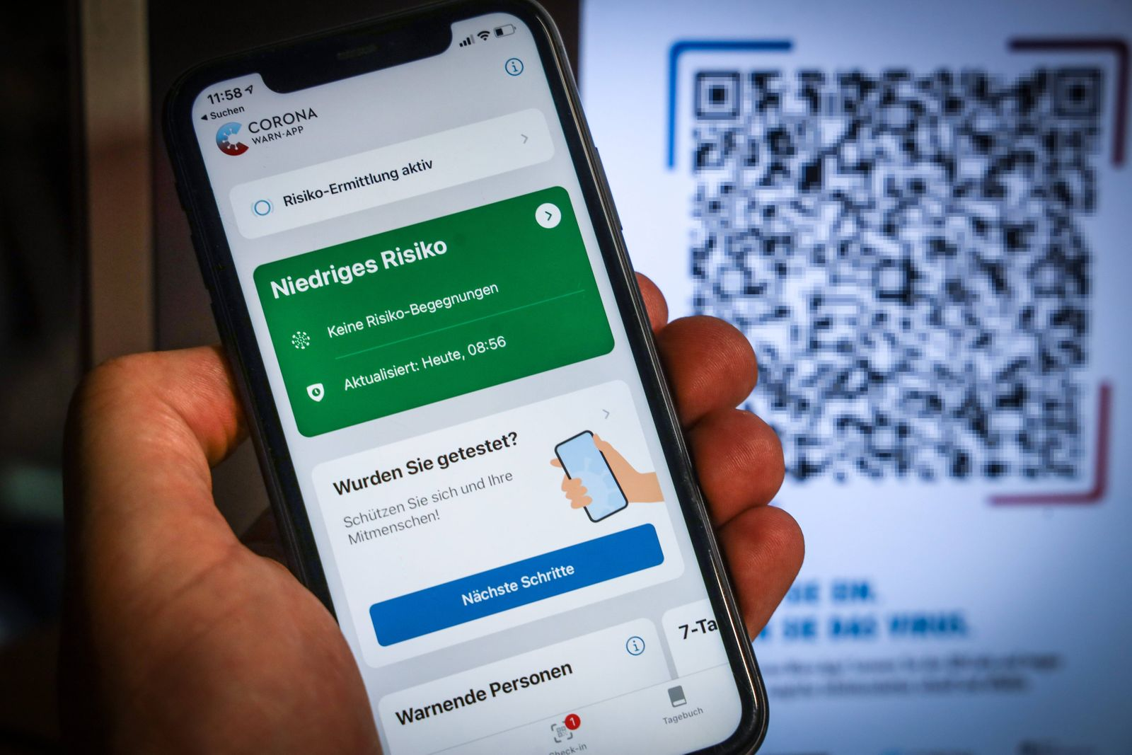 QR-Code der Corona-Warn-App Die Corona-Warn-App wird auf einem Smartphone installiert. In den App-Stores von Google und