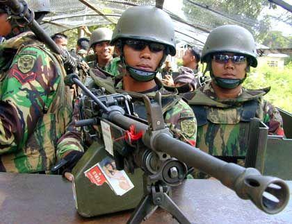Indonesische Soldaten (in Aceh): Checkpoints an jeder Straße