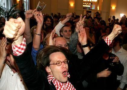 Anhänger der sozialistischen Partei freuen sich in Amsterdam über den Ausgang des Referendums