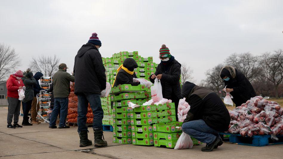 Freiwillige sortieren Hilfsgüter in Michigan: Arme US-Amerikanerinnen und US-Amerikaner sind von der Coronakrise besonders schwer betroffen