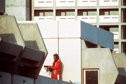 Attentat am 5.9.1972: Ein Polizeibeamter im Trainingsanzug auf dem Olympia-Gelände in München