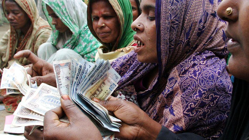 Die nächste Rate ist fällig: Frauen in Bangladesch vor einer Mikrofinanzbank