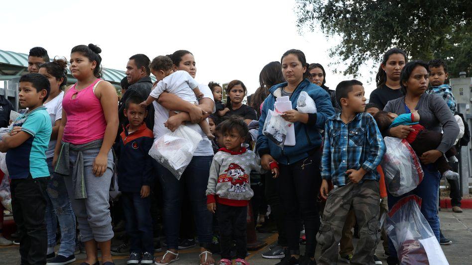 Einwanderer werden aus einem Auffanglager in Texas entlassen
