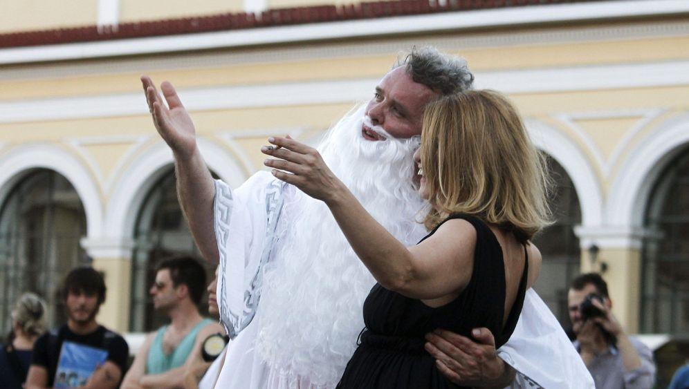 Philosophenkick in Athen: Wer spielt den Ball?