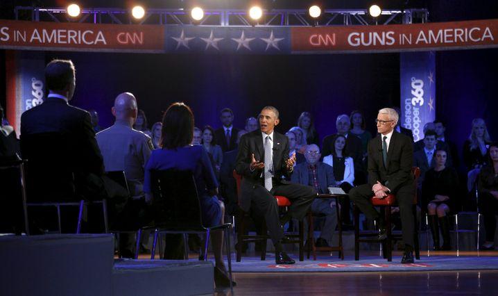 Obama beim Town-Hall-Meeting mit CNN-Moderator Cooper (r.) in Fairfax