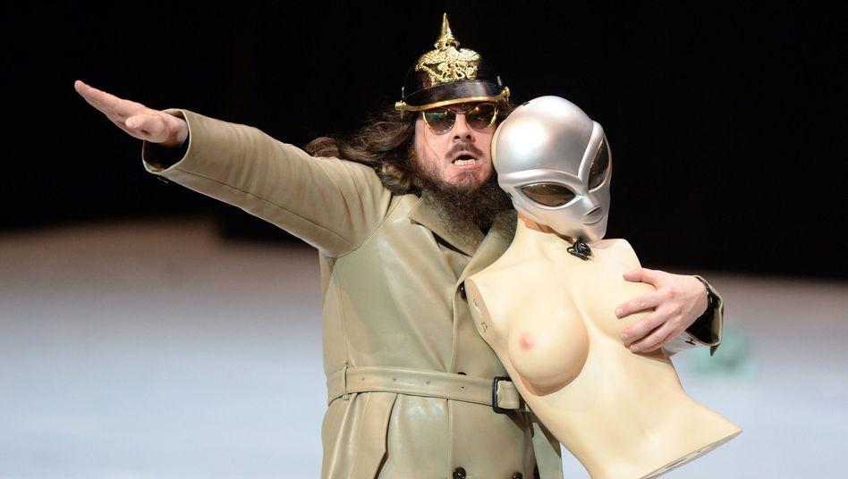 """Jonathan Meese auf der Bühne des Nationaltheaters Mannheim: """"Generaltanz den Erzschiller"""""""