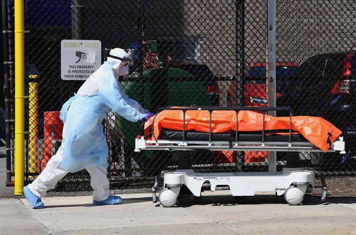 Abtransport eines Corona-Toten in New York