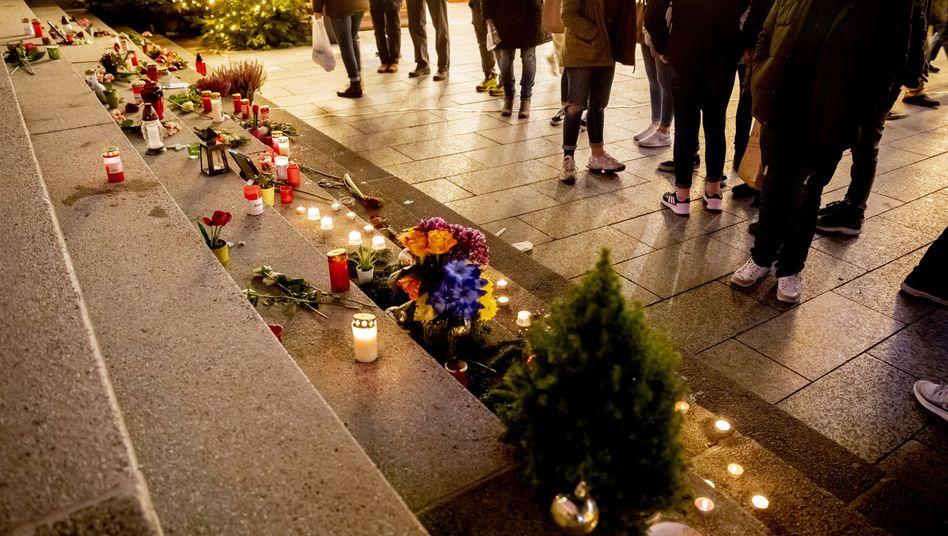 Besucher stehen auf dem Weihnachtsmarkt am Breitscheidplatz vor dem Mahnmal für die Opfer des Attentats vom 19. Dezember 2016