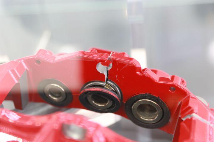 Ein Beispiel für die Gefahr von Fake-Bremsen: Dieser gefälschte Bremssattel ist beim Qualitätstest von Brembo gerissen
