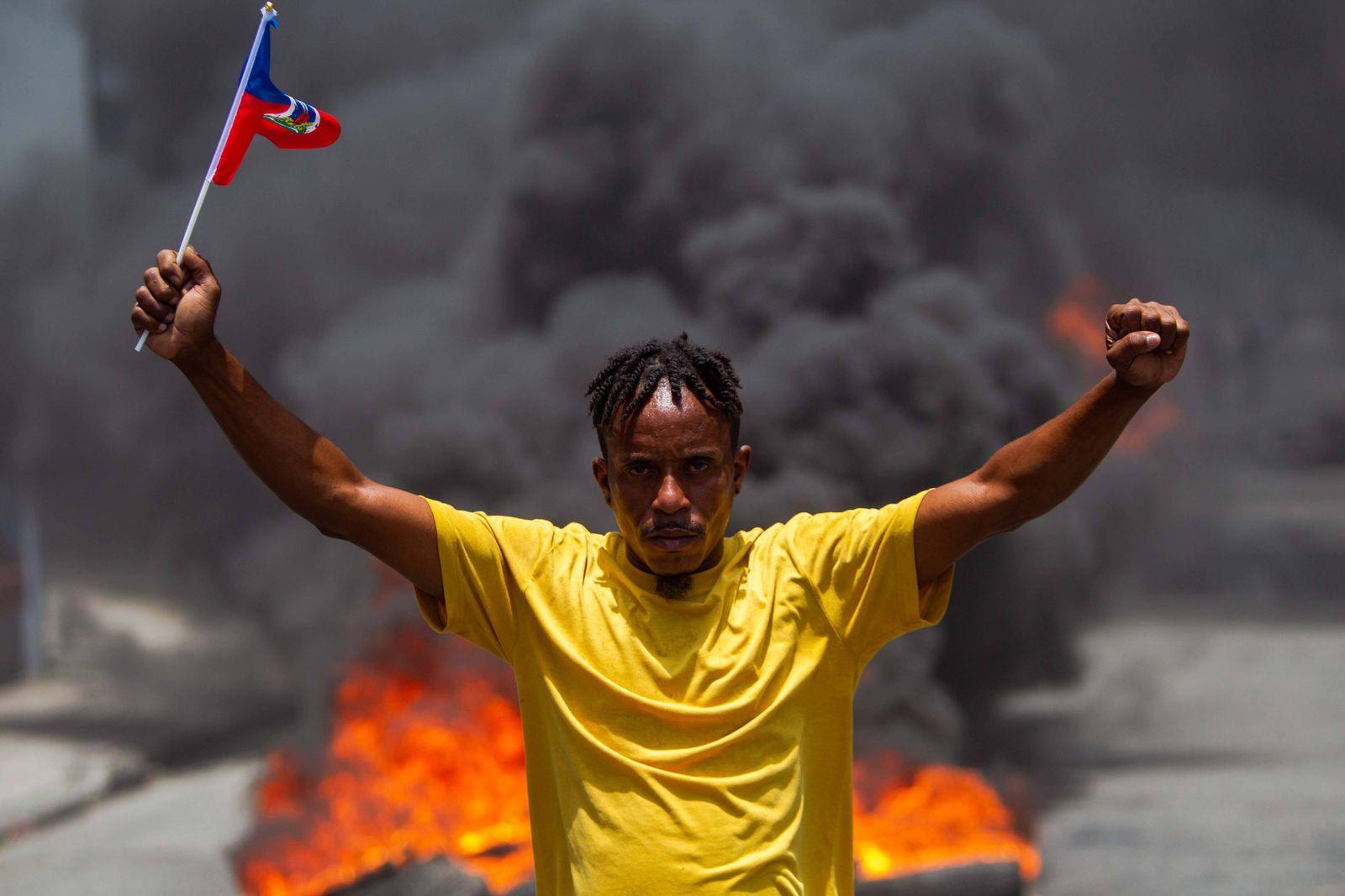 News Bilder des Tages Demonsrators protest amid the celebration of the National Flag Day, in Port-au-Prince, Haiti, 18 M