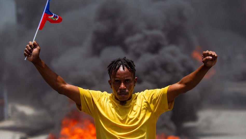In Haitis Hauptstadt Port-au-Prince brennen buchstäblich die Straßen, wie dieses Foto vom 18. Mai zeigt