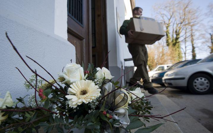 Blumen vor dem Amtsgericht Dachau: Gedenken an erschossenen Staatsanwalt