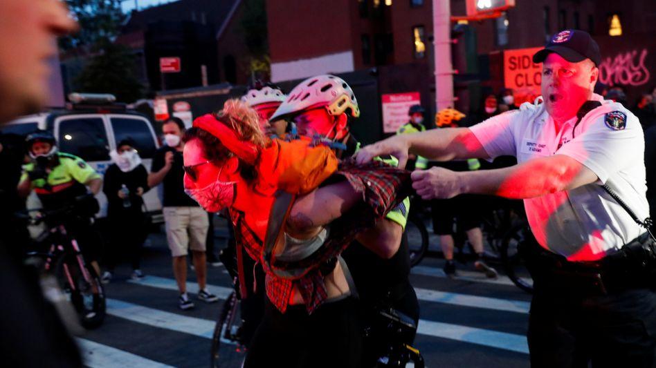 Die New Yorker Polizei ging hart gegen Demonstranten vor, die nach dem Tod des Afroamerikaners George Floyd auf die Straße gingen