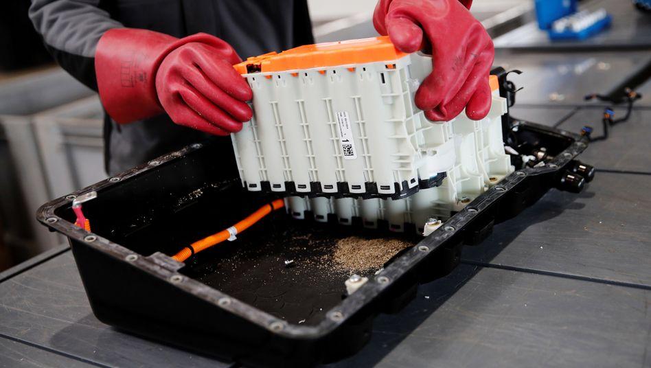 Gebrauchte Lithium-Batterie eines Autos: Forscher arbeiten an vielen weiteren Batteriekonzepten, die ohne Lithium oder andere problematische Rohstoffe auskommen - an Magnesium-Schwefel-, Aluminium-, Zink-Luft- oder Calcium-Batterien.