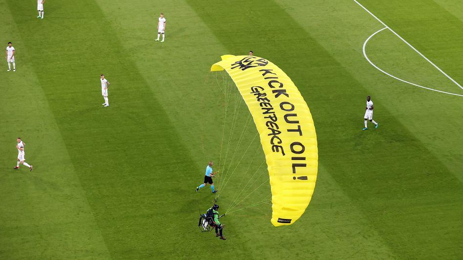 Ein Greenpeace-Aktivist landete auf dem Spielfeld