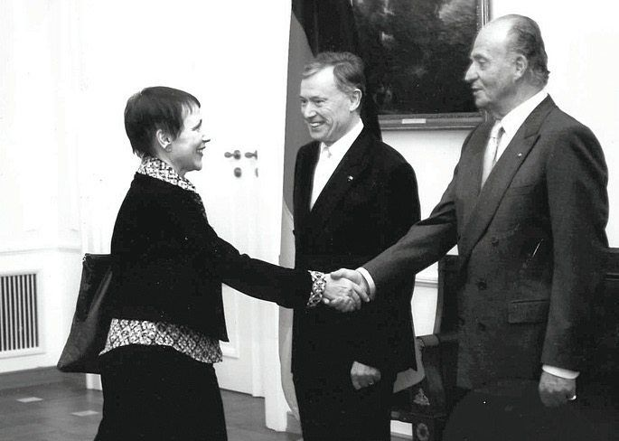 Helene Zuber, DER SPIEGEL's Spain correspondent, has been reporting on the Spanish royal family for decades. Here, she is shaking hands with Juan Carlos in Berlin in 2007 as then-German President Horst Köhler stands by.