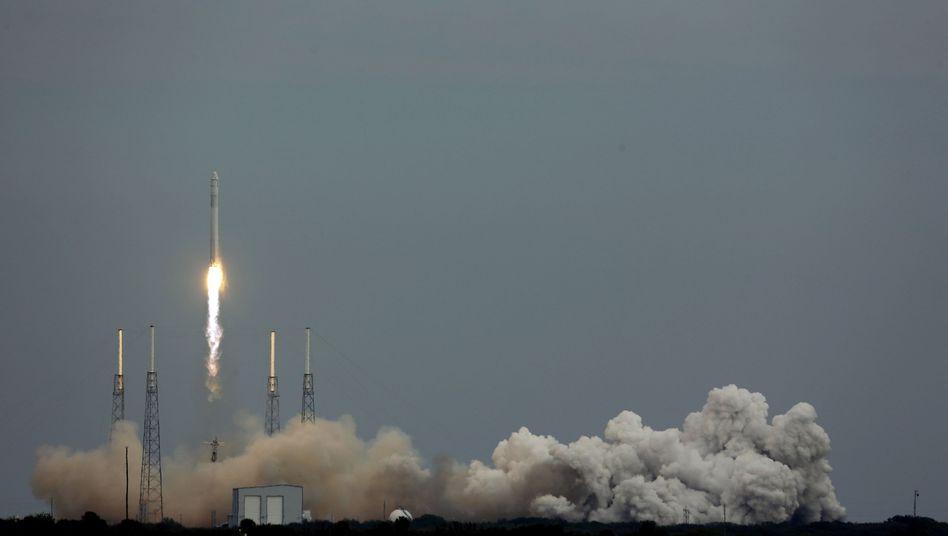 """Erfolgreicher Start: """"Falcon 9""""-Rakete hebt von der Cape Canaveral Air Force Station ab"""