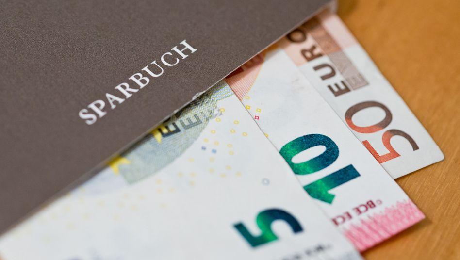 Geldscheine im Sparbuch: Viele Institute berechnen Strafzinsen
