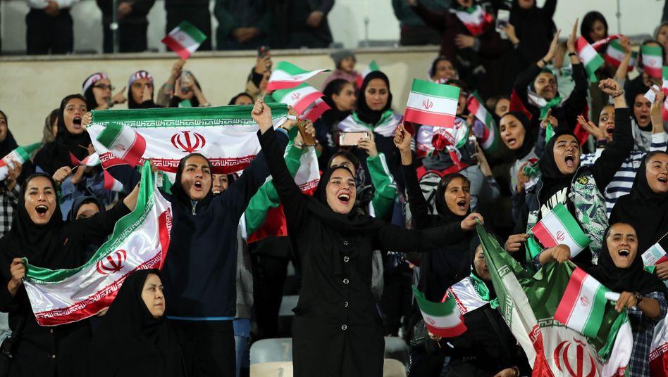 Weibliche Fußballs dürfen in Iran nur selten ins Stadion - hier bei einem Testspiel im Jahr 2018