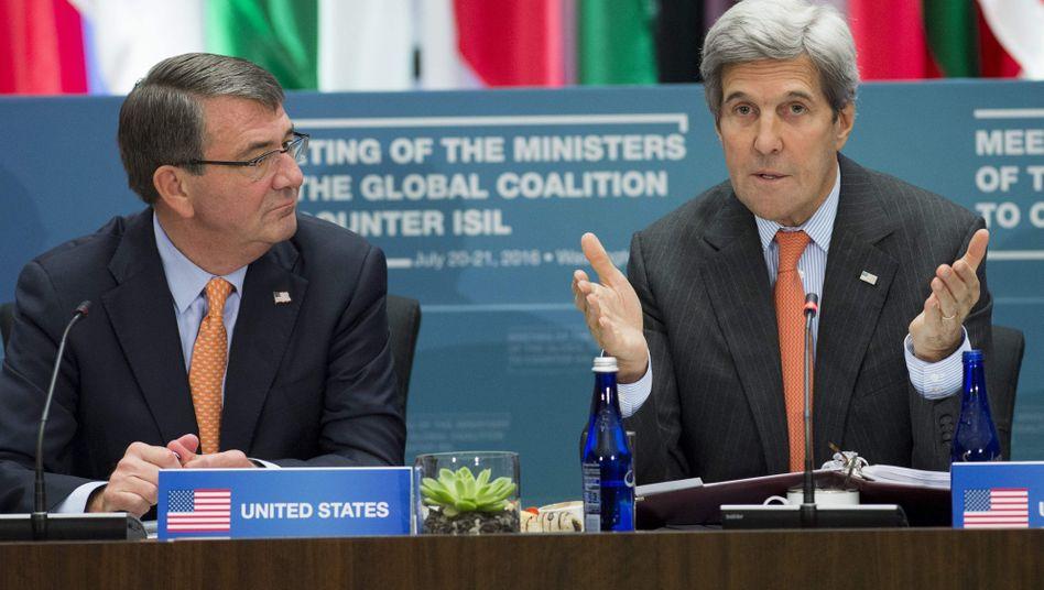 Ashton Carter (l.) und John Kerry (r.)