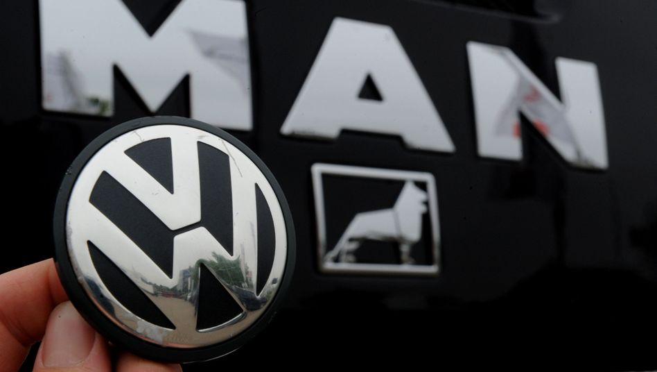 VW- und MAN-Logos: Wolfsburger Konzern kauft weitere Anteile an Lkw-Hersteller