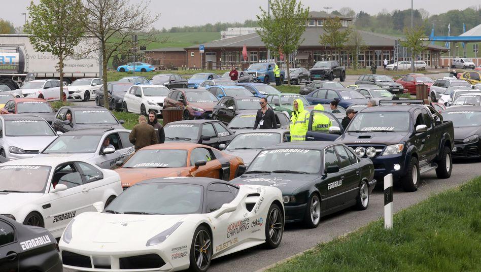 Wegen des Verdachts auf ein illegales Autorennen auf der A20 kontrolliert die Polizei zahlreiche Fahrer.
